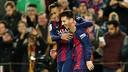 Messi e Neymar, abraçados, celebrando um gol do Barça
