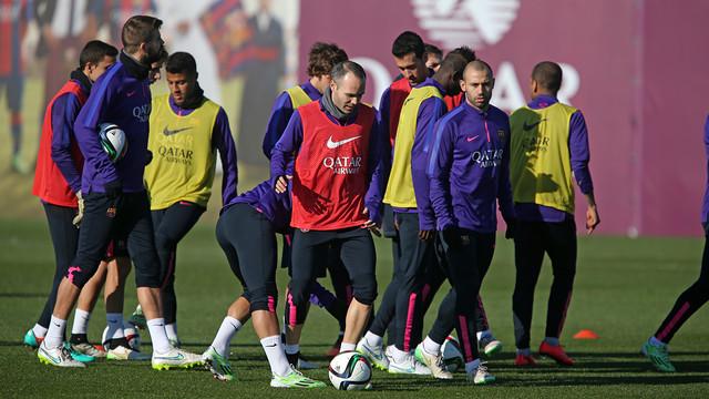 Os jogadores reunidos no gramado da Cidade Esportiva