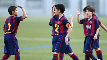 beberapa anak dari tim Alevin D mengangakat tanganya untuk melakukan tos