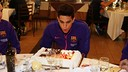 Bartra blowing out the candles on his birthday cake / PHOTO: MIGUEL RUIZ-FCB.