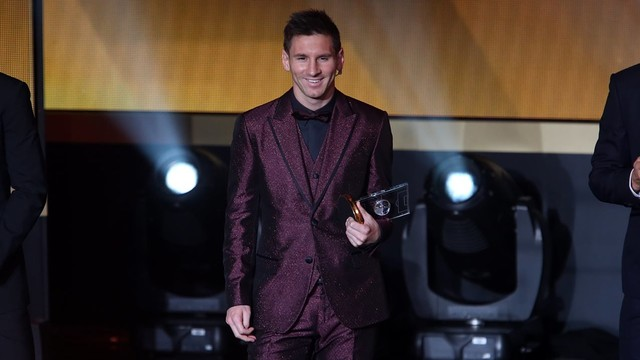 Lionel Messi picking up his FIFAFIFPro award / PHOTO: MIGUEL RUIZ - FCB