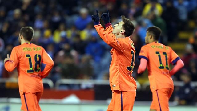 Messi sedang melompat setelah mencetak gol