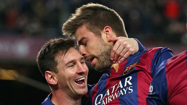 Messi memeluk leher Pique setelah menciptakan gol