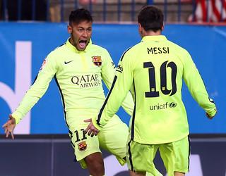 Neymar Jr e Messi celebram o empate no Calderón