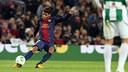 Jonathan Dos Santos tire un coup franc contre Cordoba lors de la saison 2012/13 / PHOTO: MIGUEL RUIZ - FCB