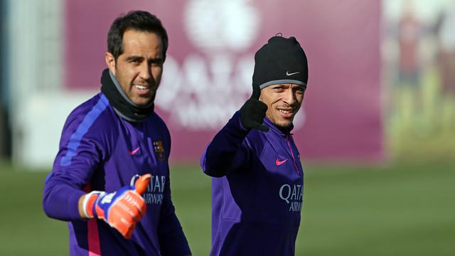 Claudio Bravo menunjukkan jempolnya dan Adriano memberi salam saat mereka di lapangan