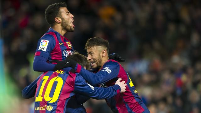 Rafinha, Messi e Neymar celebrando o gol da vitória culé