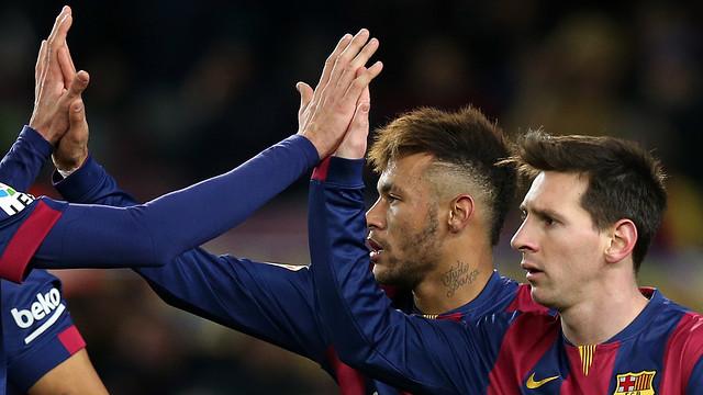 Neymar dan Messi sedang memberikan tos kepada rekan2 lainnya setelah menciptakan gol