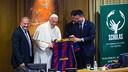 Josep Maria Bartomeu presents a Barça shirt to Pope Francis. GERMÁN PARGA - FCB
