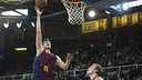 Tibor Pleiss lays the ball up in Barça's 87–78 win over Tenerife. / VICTOR SALGADO - FCB