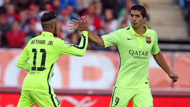 Neymar cumprimenta Luis Suárez após um gol do Barcelona.