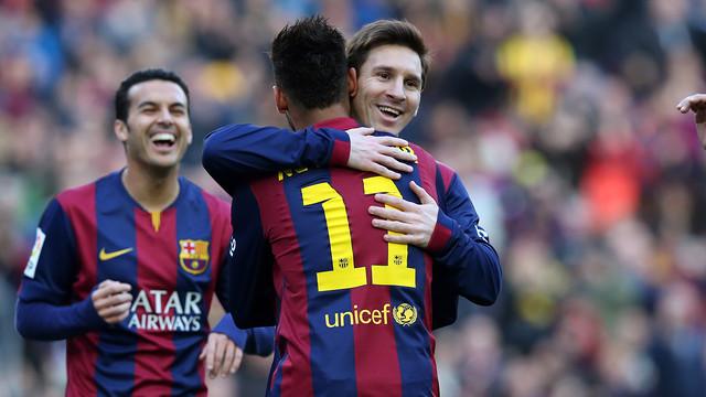 Messi celebra um gol abraçando Neymar e com Pedro correndo ao fundo.