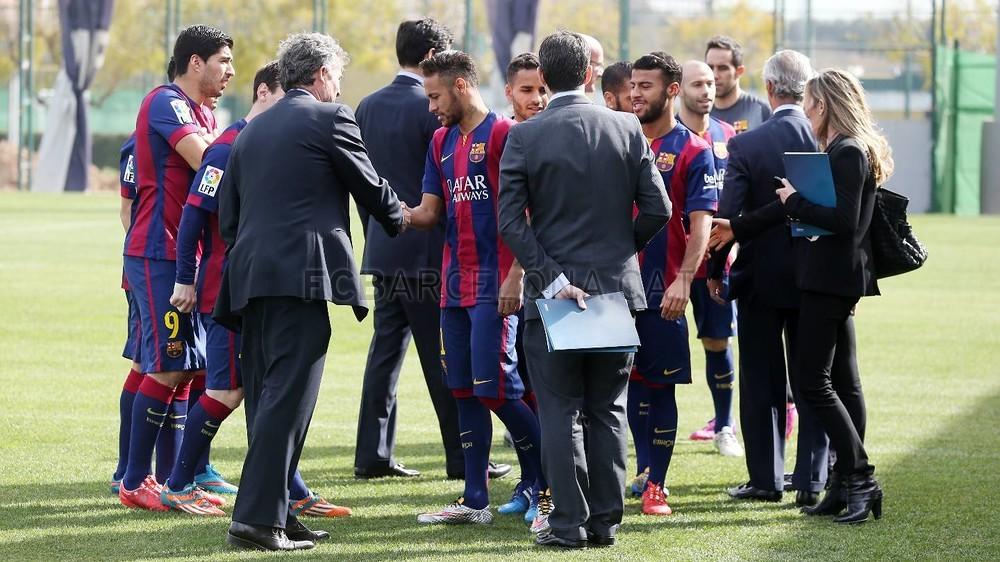 بالصور والفيديو  : لاعبو برشلونة يعلنون عن عقد بث مباريات الفريق للموسم المقبل Pic_2015-02-18_ACUERDO_TELEFONICA_03-Optimized.v1424268315