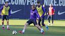 Ivan Rakitic en una acción del entrenamiento de este viernes / MIGUEL RUIZ - FCB