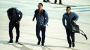 Neymar Jr, Messi i Pedro superen el fort vent abans de pujar a l'avió de tornada a Barcelona / MIGUEL RUIZ - FCB