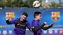 Messi y Bartra, durante el entrenamiento de este sábado / MIGUEL RUIZ-FCB
