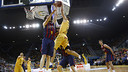 Marcelinho Huertas goes for a block against Gran Canaria / ACB MEDIA