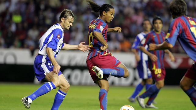 Ronaldinho dribbles in the last match Barça played at Alavés in La Liga. / FCB ARCHIVE