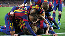 Barça players mob Luis Suárez after his second-half goal versus Real Madrid. / MIGUEL RUIZ-FCB