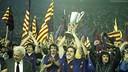 Sánchez, levantando la Recopa de 1982 en el estadio / FCB
