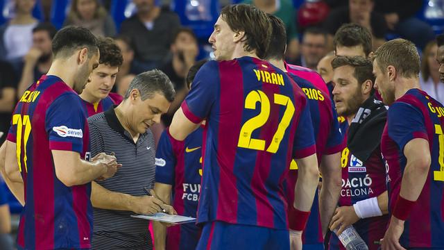 Pascual parlant amb els seus jugadors durant un temps mort/ FOTO: VÍCTOR SALGADO-ARXIU FCB