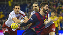 Nikola Karabatic, who scored seven goals on the day, tries to pull away from a pair of defenders. / VICTOR SALGADO-FCB