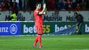 Ivan Rakitic applauds the fans in his return to the Sánchez Pizjuán in Sevilla. / MIGUEL RUIZ-FCB