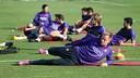 Los jugadores realitzando ejercicios de estiramiento / MIGUEL RUIZ-FCB