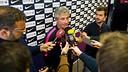 Jordi Vinyals atendiendo a la prensa antes del entrenamiento de este viernes / FCB-VICTOR SALGADO