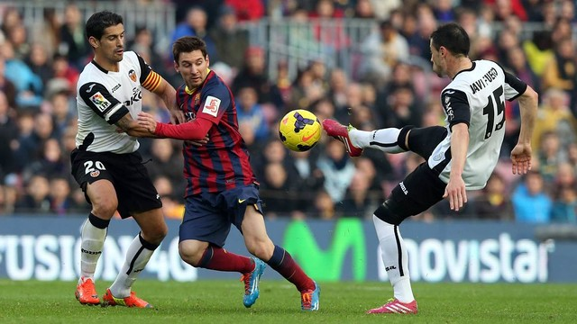 Leo Messi playing against Valencia last season at Camp Nou / MIGUEL RUIZ - FCB