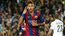 Neymar celebra mostrando dois dedos para a torcida.
