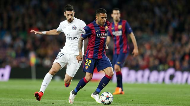 Dani Alves e Pastore, em disputa de bola