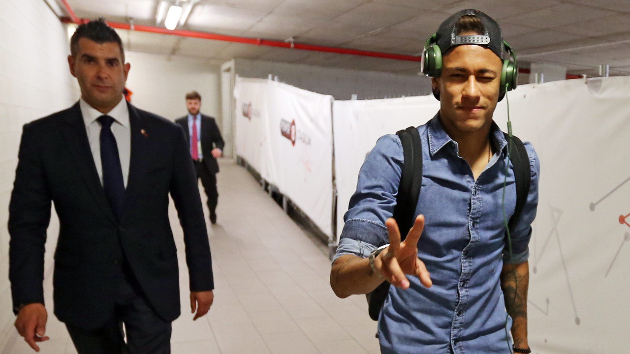 Neymar, chegando no Power8 Stadium / MIGUEL RUIZ - FCB