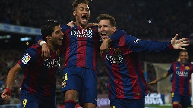 Suárez, Neymar e Messi celebrando juntos um gol na temporada