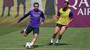Xavi and Montoya training with the official UCL ball / MIGUEL RUIZ - FCB