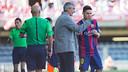 Jordi Vinyals da instrucciones a Joan Román, durante el partido contra el Girona / GERMÁN PARGA-FCB