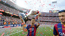 Neymar with the League trophy/ MIGUEL RUIZ-FCB