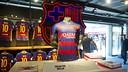 Le nouveau maillot, dans la boutique du Camp Nou / VÍCTOR SALGADO-FCB
