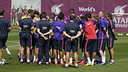 Players huddle up to listen to Luis Enrique's final words of the day. / MIGUEL RUIZ-FCB