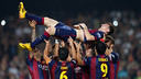 Leo Messi is tossed into the the air by his teammates. / MIGUEL RUIZ-FCB