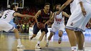 Tomas Satoransky drives between Rudy Fernández and Sergio Llull. / MIGUEL RUIZ-FCB