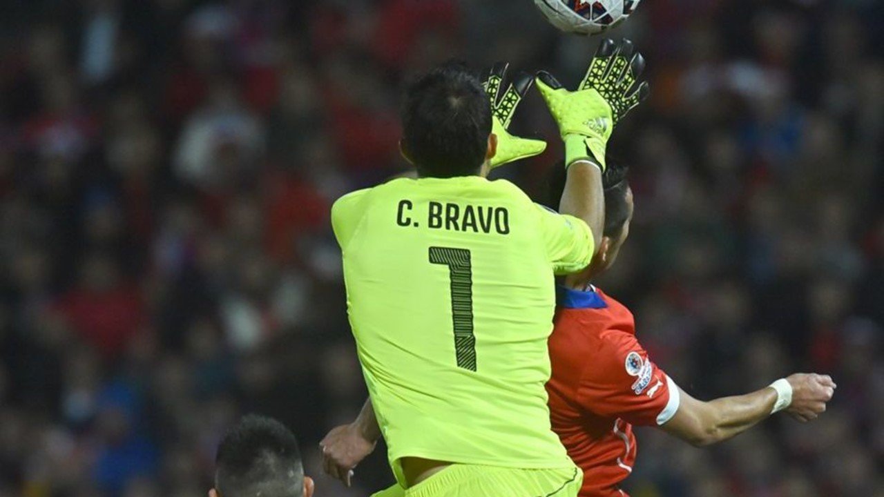 Bravo, durant el partit de quarts amb l'Uruguai / CA2015.COM
