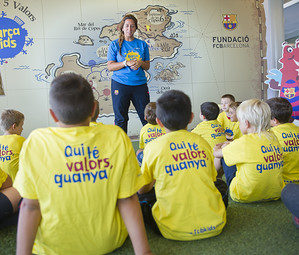Una monitora explica als nens el contingut del projecte en una de les sales del Club