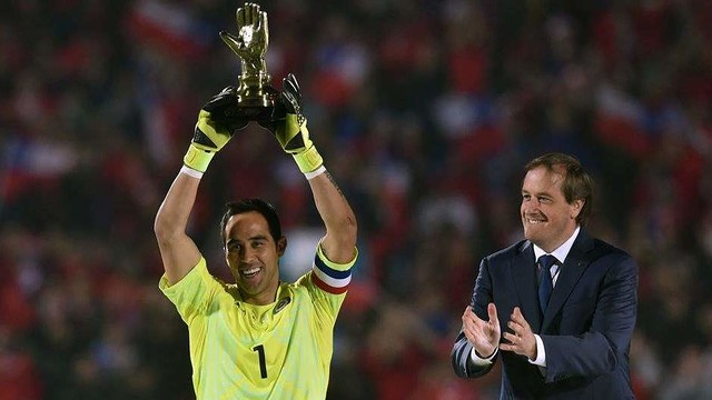 Claudio Bravo lifting the Golden Glove award / CA2015.COM