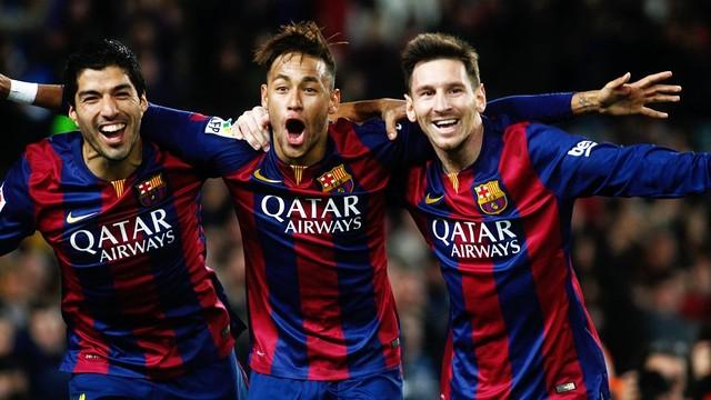 Suárez, Neymar Jr. e Messi celebram um gol abraçados.