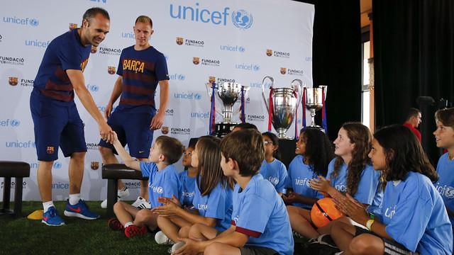 Iniesta i Ter Stegen amb els infants a Los Angeles