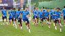 Los jugadores del filial, durante el entrenamiento de este lunes por la mañana / VICTOR SALGADO-FCB