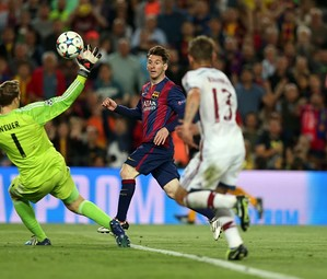 Messi dando uma 'cavadinha' e encobrindo o goleiro Neuer.