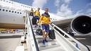 Ter Stegen and Samper getting off the plane / MIGUEL RUIZ-FCB
