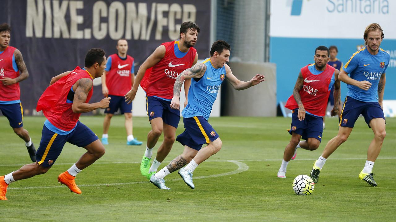 Leo Messi, sedang membawa bola di kakinya/ MIGUEL RUIZ-FCB